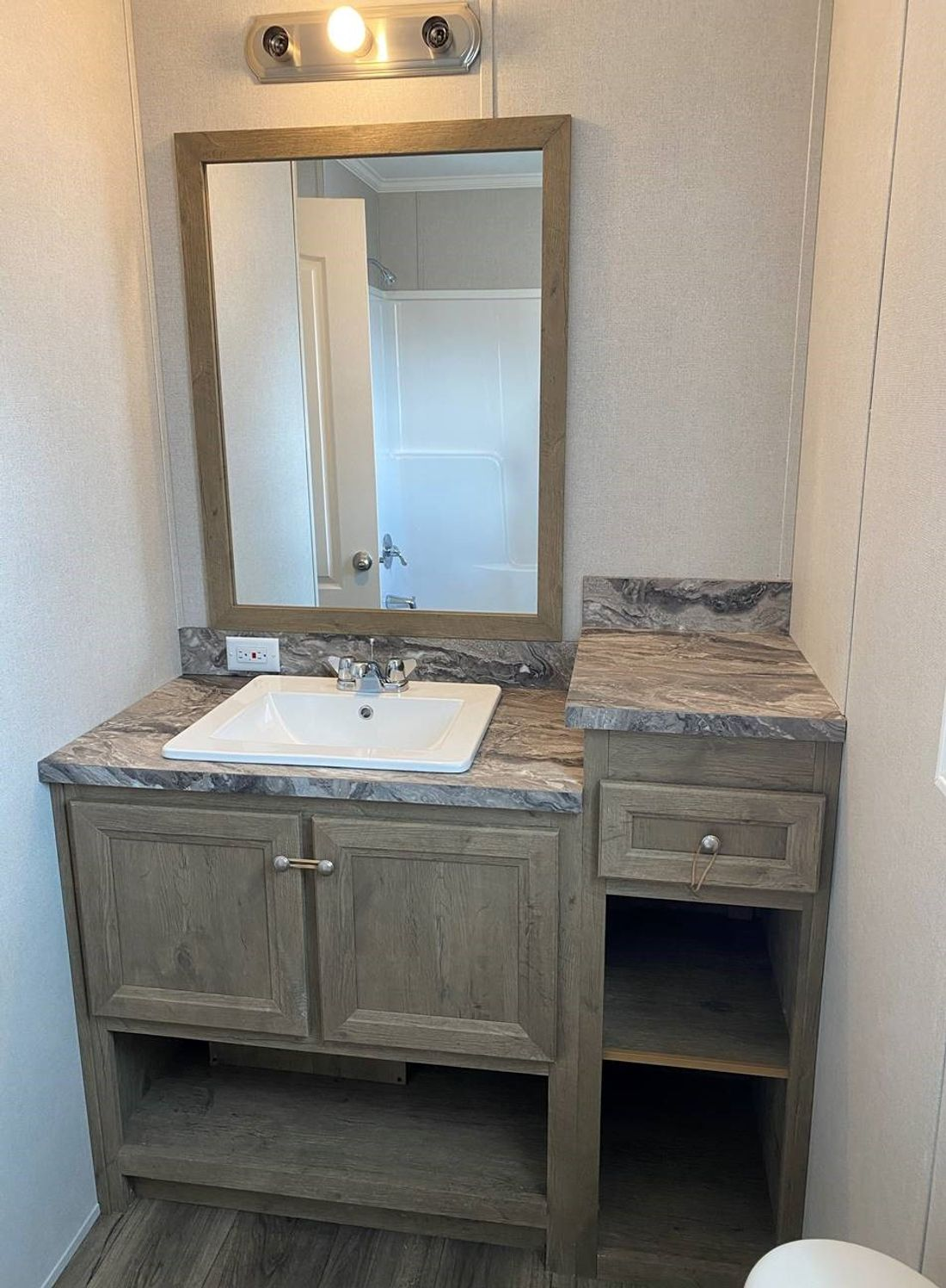 The HICKORY 4414-40 Master Bathroom. This Manufactured Mobile Home features 1 bedroom and 1 bath.